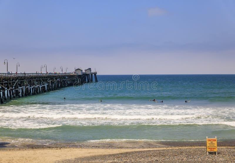 Sinal de aviso de segurança sem surf na praia em San Clemente, destino turístico na Califórnia EUA, cais ao fundo foto de stock