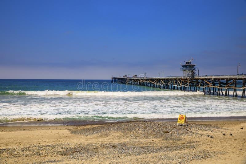 Sinal de aviso de segurança sem surf na praia em San Clemente, destino turístico na Califórnia EUA, cais ao fundo fotos de stock royalty free