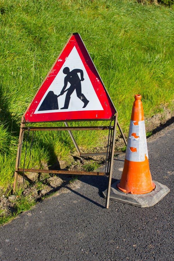 Sinal de aviso vermelho e branco triangular do perigo da estrada com olá! trabalhos de manutenção de borracha da estrada da marca imagem de stock