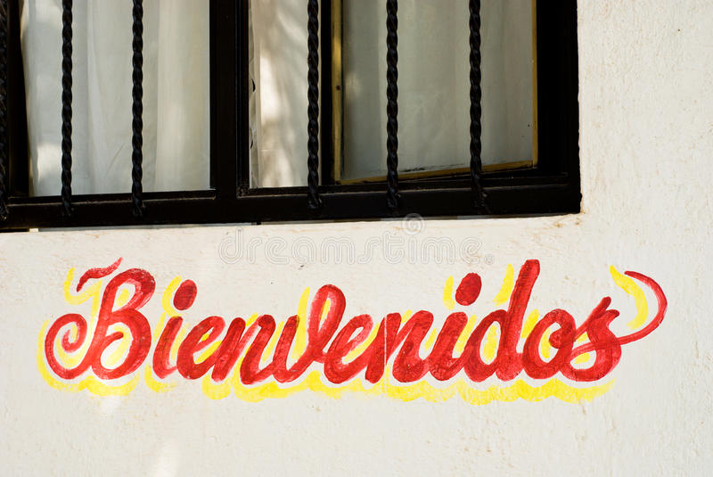 Sinal de Bienvenidos na parede do restaurante em México imagens de stock royalty free