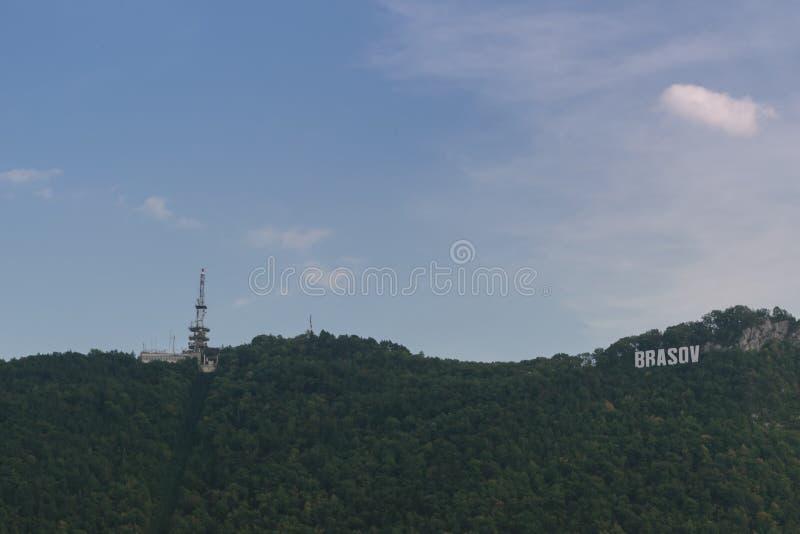 Sinal de Brasov e torre de comunicação fotografia de stock royalty free
