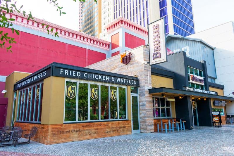 Sinal de Bruxelles Fried Chicken e Waffle eatery na fita foto de stock royalty free