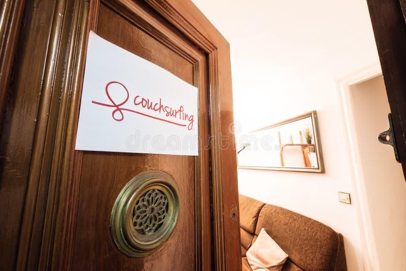 Sinal de Couchsurfing fotografia de stock