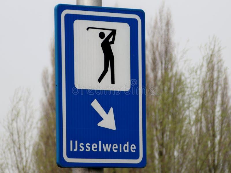Sinal de direção em azul e branco com jogador de golfe e flecha para dirigir para o estacionamento de golfe Ijsselweide em Gouda fotos de stock royalty free