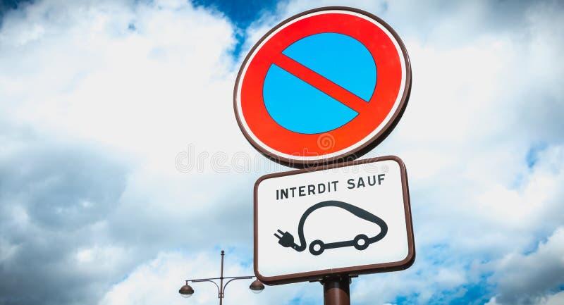 Sinal de estacionamento da proibi??o exceto o ve?culo el?trico foto de stock