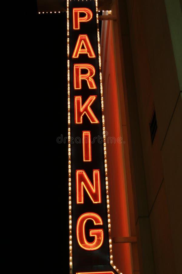 Sinal de estacionamento das luzes de néon foto de stock royalty free