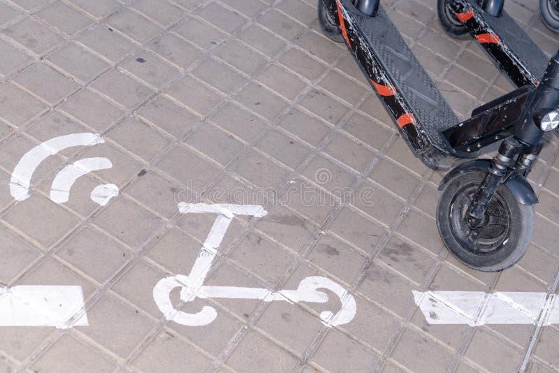 Sinal de estacionamento para scooter elétrico em Bordeaux França imagem de stock royalty free