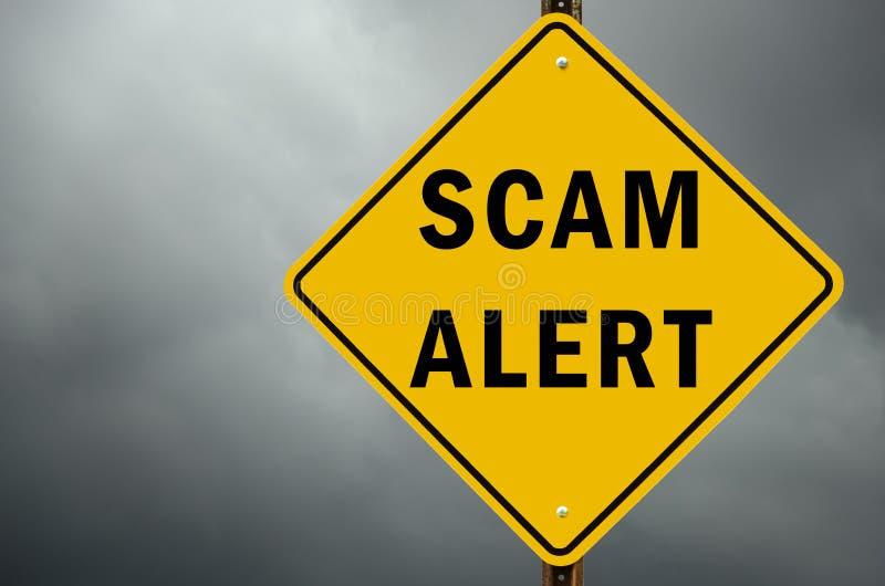 Sinal de estrada de advertência conceptual do alerta de Scam adiante e céu nebuloso imagens de stock royalty free