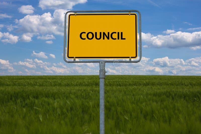 Sinal de estrada amarelo o Conselho da palavra é indicado O sinal está em um campo com fundo azul imagens de stock royalty free