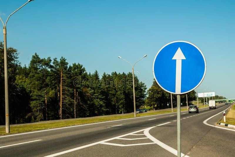 Sinal de estrada azul reto do tráfego fotografia de stock royalty free