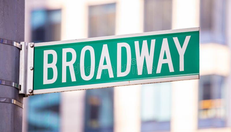 Sinal de estrada de Broadway Fundo da fachada das construções do borrão, baixa de Manhattan imagem de stock royalty free