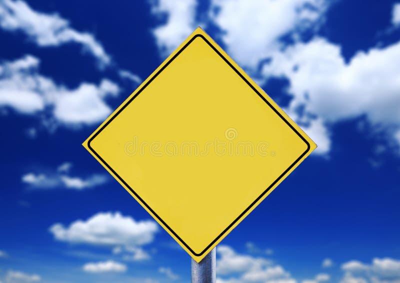 Sinal de estrada com cloudscape imagens de stock royalty free