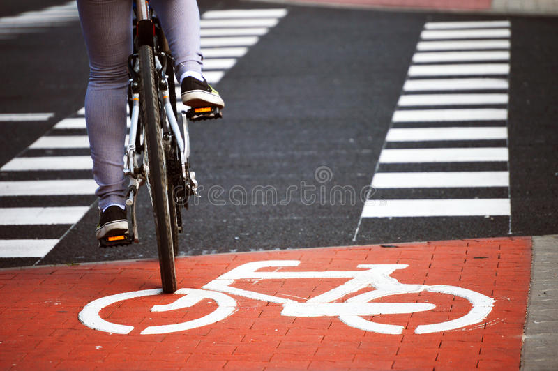 Sinal de estrada da bicicleta e cavaleiro da bicicleta fotografia de stock royalty free