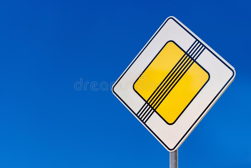 Sinal de estrada da segurança em estradas fotos de stock royalty free