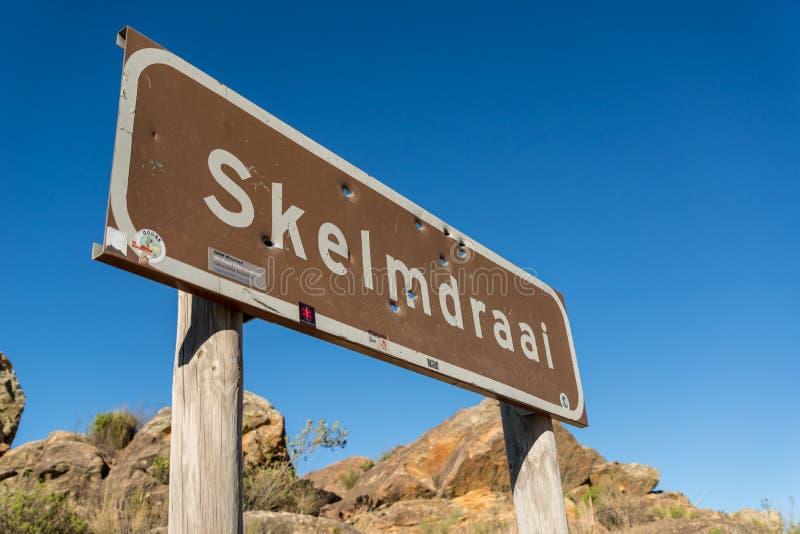 Sinal de estrada de Skelmdraai, passagem de Swartberg, África do Sul fotos de stock