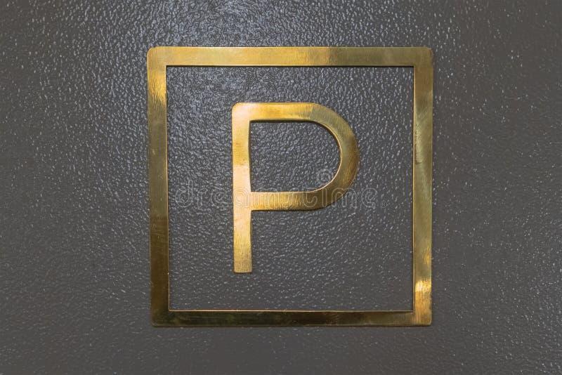 Sinal de estrada do estacionamento sinal de estacionamento dourado estacionamento subterrâneo no hotel imagens de stock royalty free