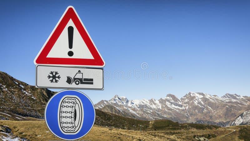 Sinal de estrada do pneu do inverno foto de stock royalty free