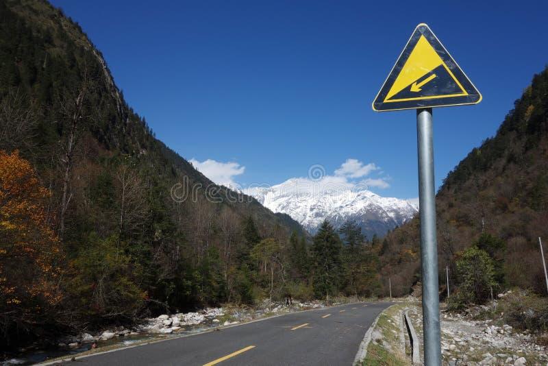 Sinal de estrada em declive imagens de stock royalty free