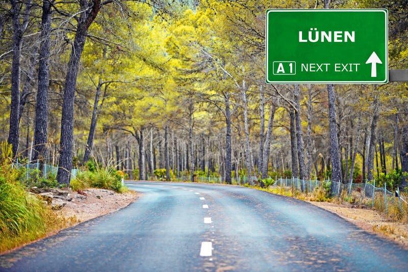 Sinal de estrada de LUNEN contra o céu azul claro foto de stock royalty free