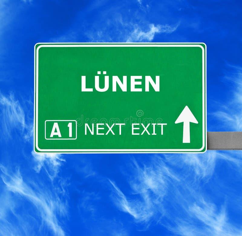 Sinal de estrada de LUNEN contra o c?u azul claro fotos de stock