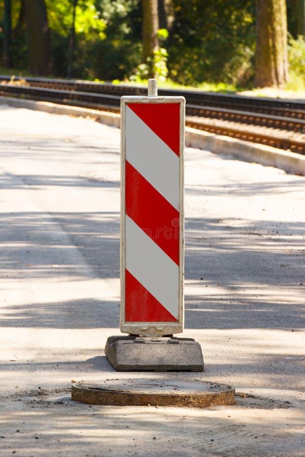 Sinal de estrada na rua da cidade que informa sobre o perigo imagens de stock royalty free