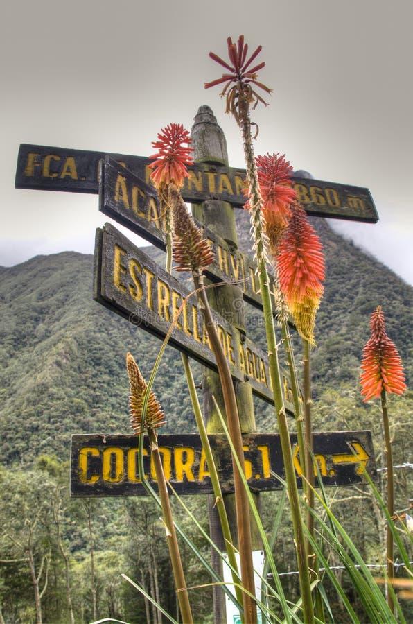 Sinal de estrada no vale de Cocora imagem de stock