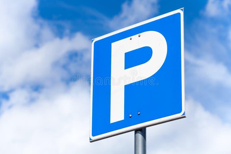Sinal de estrada quadrado azul do estacionamento fotos de stock royalty free