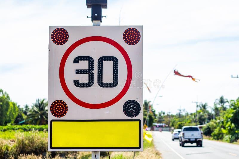 Sinal de estrada redondo do limite de velocidade na estrada 30 quilômetros pela hora fotografia de stock royalty free