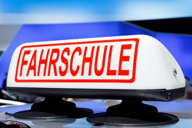 Sinal de Fahrschule (escola de condução) foto de stock