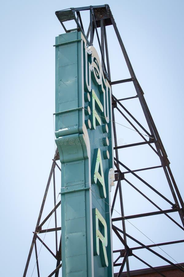Sinal de Fargo Theater e estrutura do sinal fotografia de stock royalty free