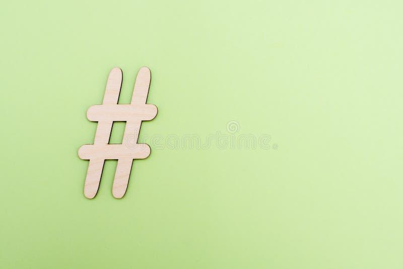 Sinal de Hashtag feito do material de madeira no fundo verde foto de stock royalty free