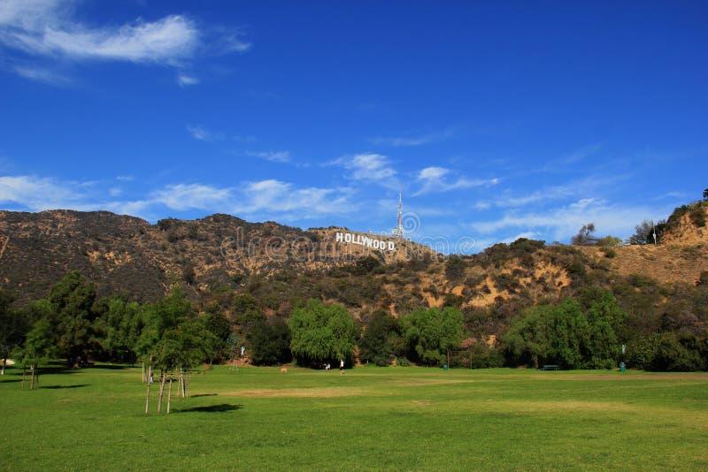 Sinal de Hollywood em um céu azul imagens de stock