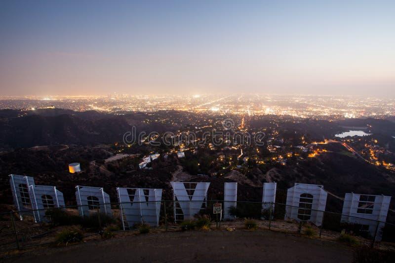 Sinal de Hollywood na noite fotografia de stock