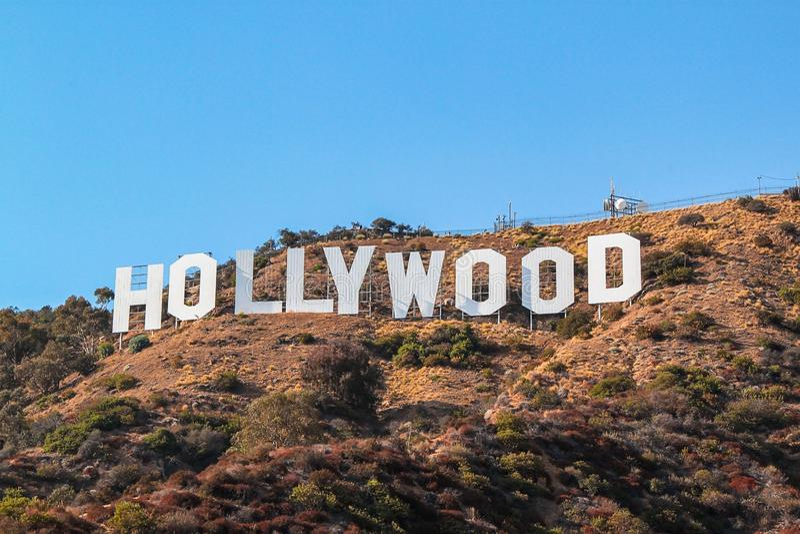 Sinal de HOLLYWOOD no fundo do céu azul Marco mundialmente famoso EUA Los Angeles, Califórnia imagens de stock