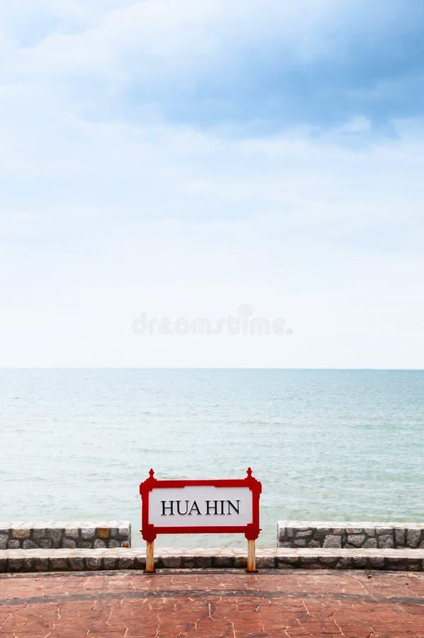 Sinal de Hua Hin no lado da praia no dia ensolarado do verão fotos de stock royalty free