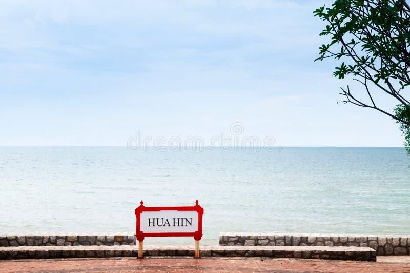Sinal de Hua Hin no lado da praia no dia ensolarado do verão imagens de stock