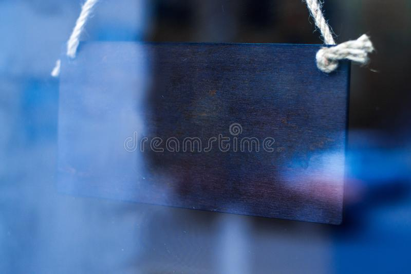 Sinal de madeira da loja atrás do vidro com reflexão fotos de stock