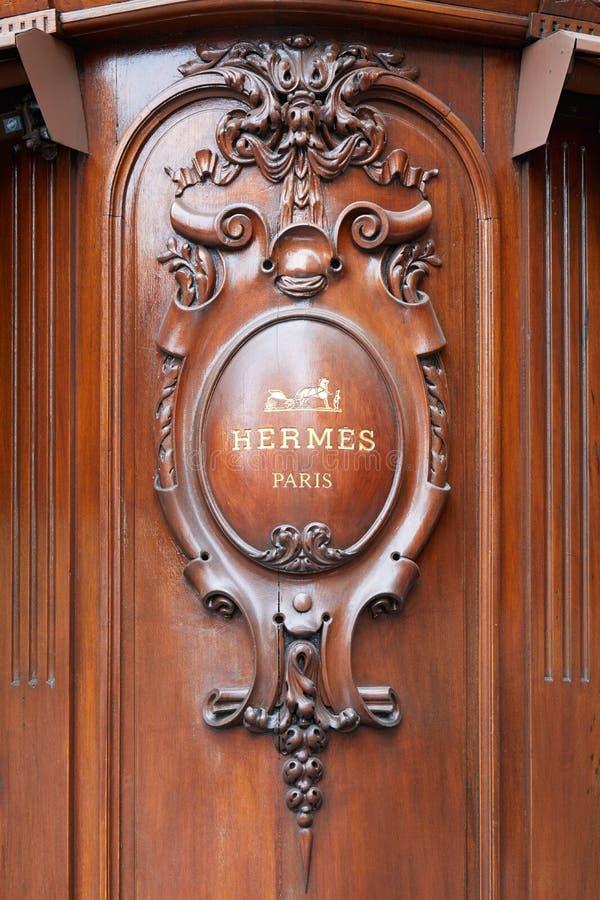 Sinal de madeira da loja luxuosa da forma de Hermes na avenida George V em Paris, Fran?a imagem de stock