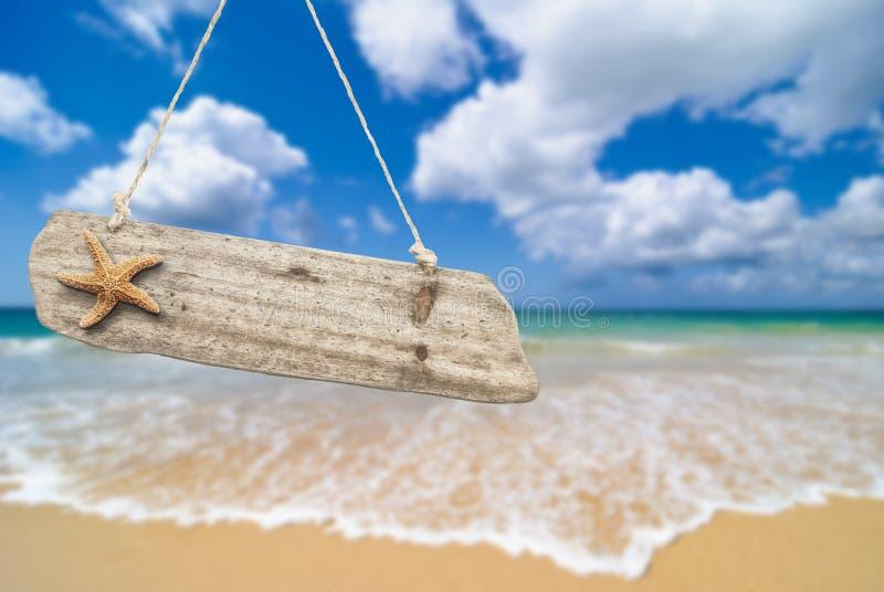 Sinal de madeira da praia fotografia de stock