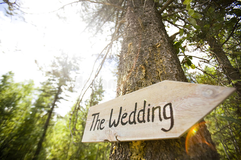 Sinal de madeira em uma cerimônia de casamento imagens de stock royalty free