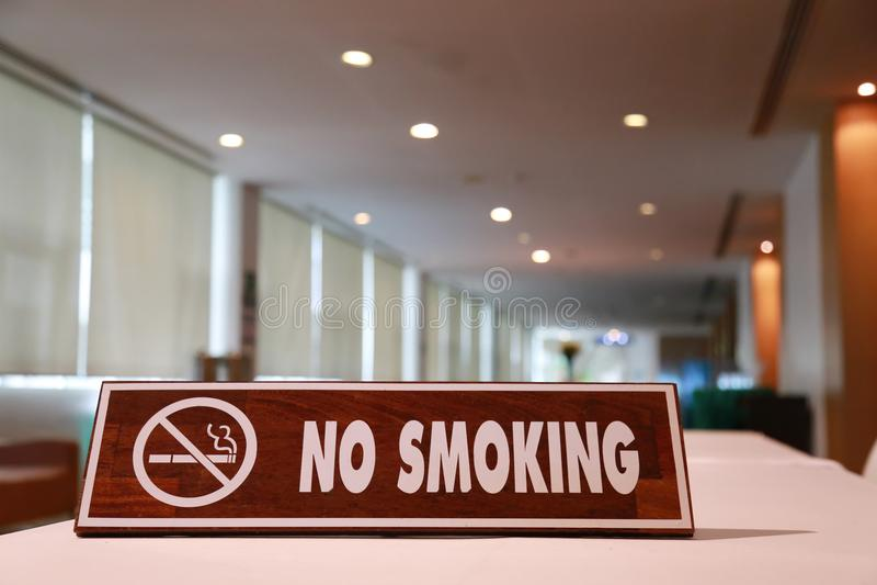 Sinal de madeira para não fumadores imagem de stock royalty free