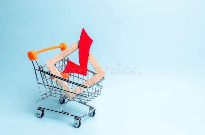 sinal de madeira para votar em eleições em um trole do supermercado Interesses de incitação, corrupção do eleitor da corrupção da foto de stock