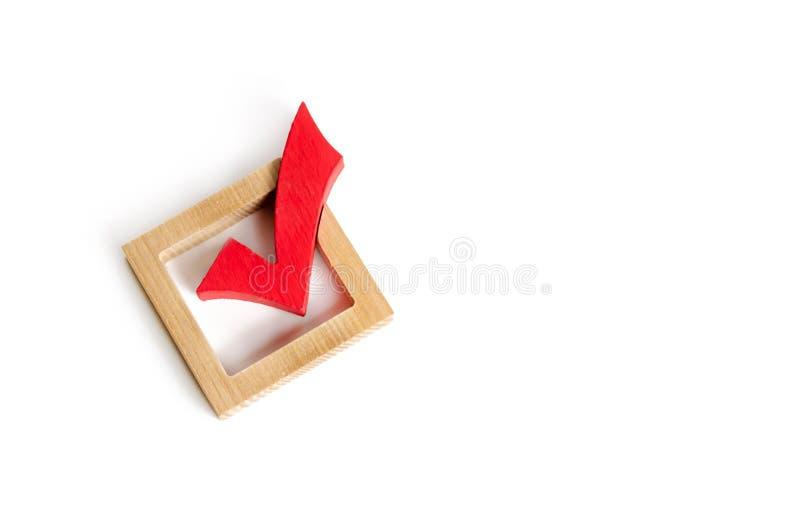 sinal de madeira vermelho para votar em eleições em um fundo branco Democracia e liberdade Presidência ou eleições parlamentares imagens de stock royalty free