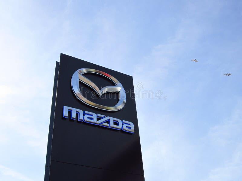 Sinal de Mazda contra o céu azul imagens de stock