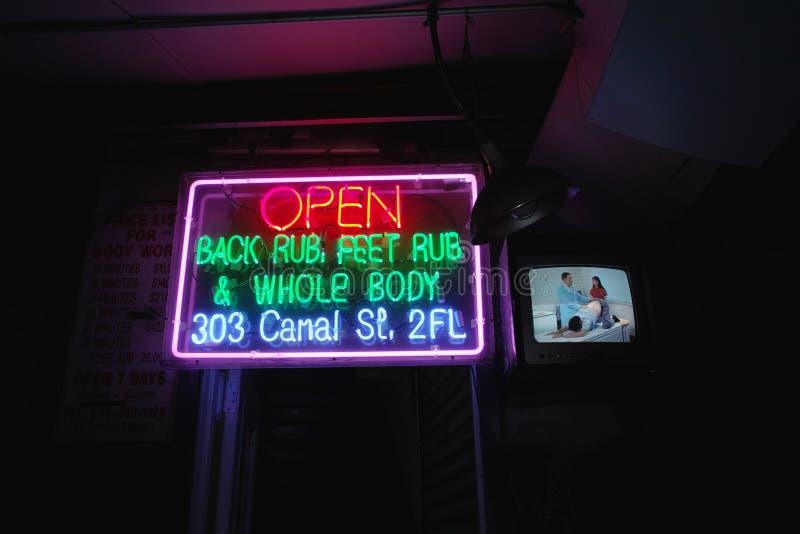 Sinal de néon da massagem fotografia de stock royalty free