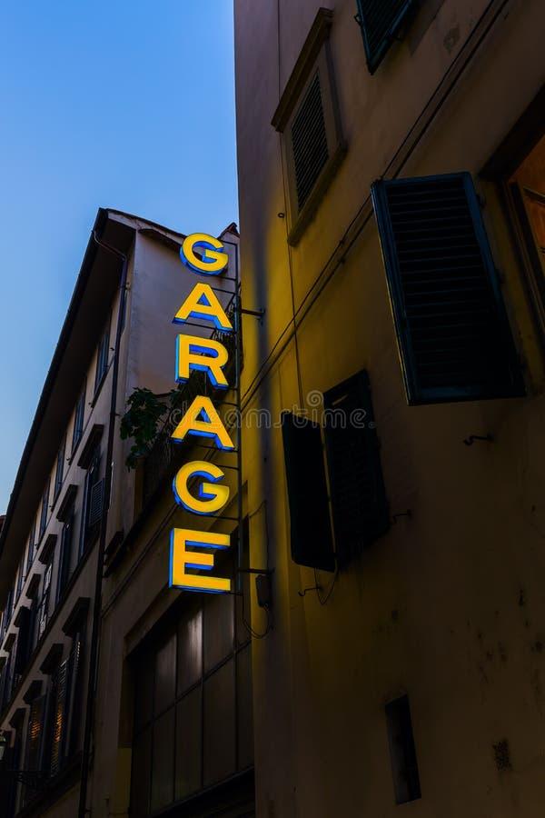 Sinal de néon de uma garagem em uma cidade italiana fotos de stock royalty free