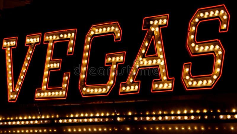 Sinal de néon de Vegas na noite imagens de stock