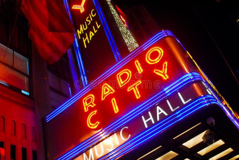 Sinal de néon do auditório de rádio da cidade imagens de stock royalty free