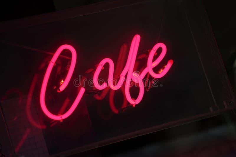 Sinal de néon do café, rosa vívido, iluminado na noite foto de stock