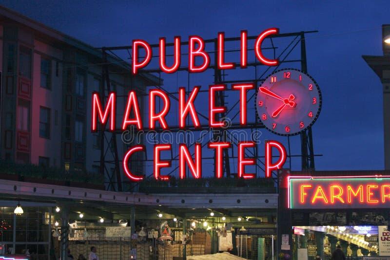 Sinal de néon do centro do mercado público e mercado dos fazendeiros imagem de stock royalty free